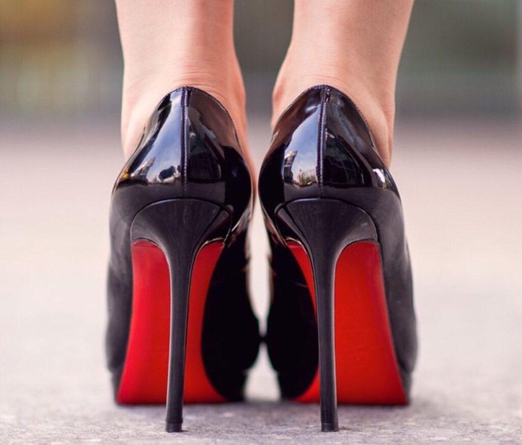 Perché le scarpe Louboutin hanno la suola rossa: scarpe